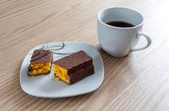 Peu de gâteau de chocolat et une tasse de café Photos libres de droits