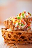 Peu de gâteaux dans le panier en osier Photographie stock libre de droits