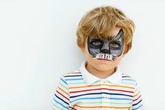 Peu de garçon d'enfant avec le visage peint comme animal Image stock
