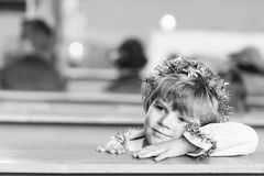 Peu de garçon d'enfant dans l'église le réveillon de Noël Images stock