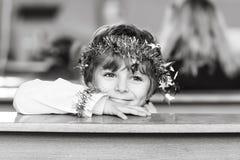 Peu de garçon d'enfant dans l'église le réveillon de Noël Photographie stock