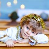 Peu de garçon d'enfant dans l'église le réveillon de Noël Images libres de droits