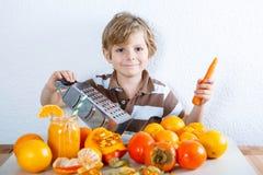 Peu de garçon d'enfant faisant le smoothie sain Images libres de droits