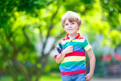 Peu de garçon d'enfant tirant la fronde en bois photo libre de droits