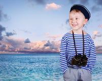 Peu de garçon de bateau avec binoculaire Images libres de droits