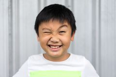 Peu de garçon faire le visage drôle photo libre de droits