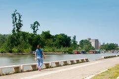 Peu de gitle marchant par la rivière Images libres de droits