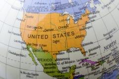 Peu de globe modèle coloré avec la carte Photographie stock libre de droits