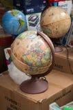 Peu de globe modèle coloré avec la carte Photographie stock
