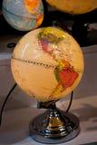 Peu de globe modèle coloré avec la carte Photos stock