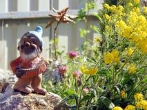 Peu de gnome de jardin dans le jardin de rocaille Photos stock
