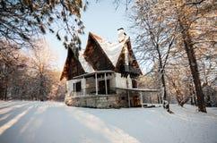 Peu de maison à l'hiver Photos stock