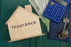 peu de maison avec le texte et le x22 ; Insurance& x22 ; , clés, calculatrice, passeport, argent Photo stock