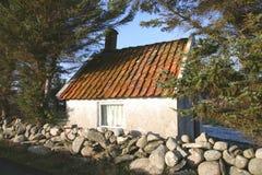 Peu de maison dans la forêt Photos stock