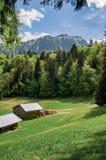 Peu de maison dans les montagnes de forêt à l'arrière-plan image stock