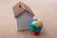 Peu de maison modèle et un globe modèle Image libre de droits