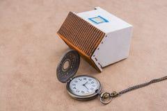 Peu de maison modèle et une montre de poche Photographie stock
