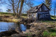 Peu de maison par peu de lac Photo stock