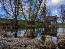 Peu de maison par peu de lac Image stock