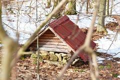 Peu de maison pour des nains à l'intérieur de la forêt Photographie stock libre de droits
