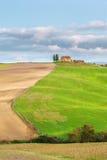 Peu de maison toscane sur la colline dans des couleurs d'été Photographie stock libre de droits