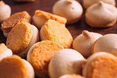 Peu de morceaux de mini biscuits sur le fond en bois Photographie stock libre de droits