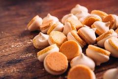 Peu de morceaux de mini biscuits sur le fond en bois Image libre de droits