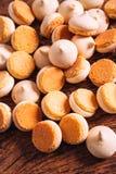 Peu de morceaux de mini biscuits sur le fond en bois Photo libre de droits