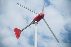 peu de moulin de vent pour la production d'électricité privée Photo libre de droits
