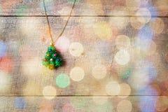 Peu de pendant d'arbre de Noël sur la table en bois, avec le bokeh coloré Images stock