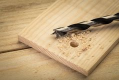 Peu de perceuse en métal sur le fond en bois Diy à la maison images stock