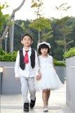 Peu de personnes asiatiques de couples de mariage avec le costume de mariage image libre de droits
