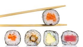 Peu de petit pain de maki de sushi d'isolement Image libre de droits