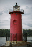 Peu de phare rouge sous Washington Bridge le jour obscurci Photographie stock