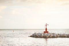 Peu de phare rouge sur les roches Photographie stock libre de droits
