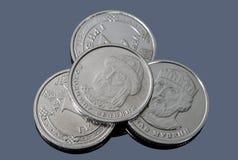 Peu de pièces de monnaie ukrainiennes de hryvnia du nouvel échantillon sur une surface foncée photo libre de droits