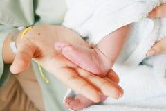 Peu de pied nouveau-né Photos libres de droits