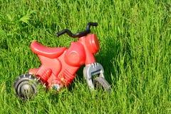 Peu de plastique rouge de moto Image stock