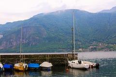Peu de port de bateau avec des montagnes d'Alpes à l'arrière-plan, lac Como en Mandello del Lario photographie stock