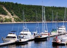 Peu de port pour le petit bateau illustration stock