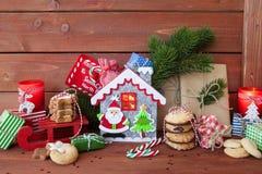 Peu de présents et biscuits de Noël photo stock