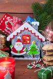 Peu de présents et biscuits de Noël photos stock