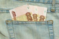 Peu de roubles russes dans la poche de jeans Image libre de droits