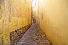 Peu de rue jaune à Rome Images libres de droits