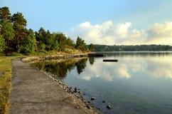 Peu de ruelle dans l'archipel de Stockholm Photos stock