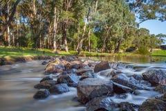 Peu de ruisseau dans un vignoble à la rivière de Margerate Images libres de droits
