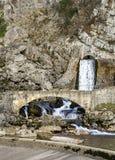 Peu de source d'eau venant d'un canal photographie stock