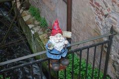 Peu de statue d'un gnome images stock