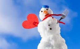 Peu de symbole rouge d'amour de coeur de bonhomme de neige de Noël heureux extérieur. Hiver. Image stock