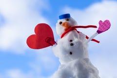 Peu de symbole rouge d'amour de coeur de bonhomme de neige de Noël heureux extérieur. Hiver. Photos libres de droits